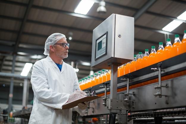 Inżynier fabryczny utrzymujący zapis w schowku w fabryce
