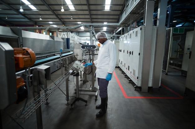 Inżynier fabryki pracy maszyny w fabryce