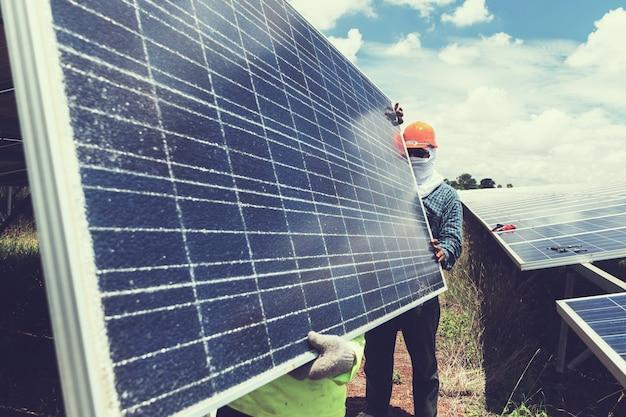 Inżynier i elektryk wymieniają i instalują energię słoneczną