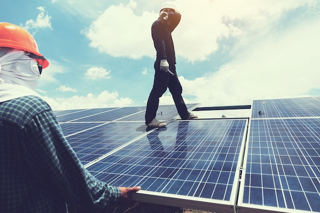 Inżynier i elektryk wymieniają i instalują panel słoneczny