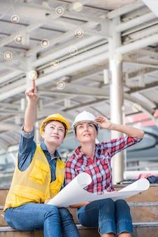 Inżynier i praca zespołowa, spotkanie dla pomyślnego projektu budowy budynku