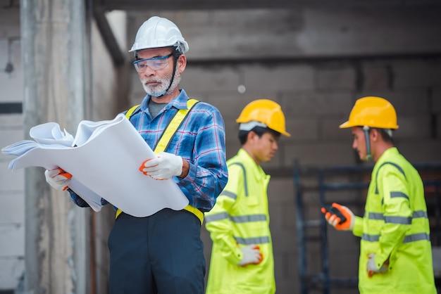 Inżynier i pracownicy budowlani
