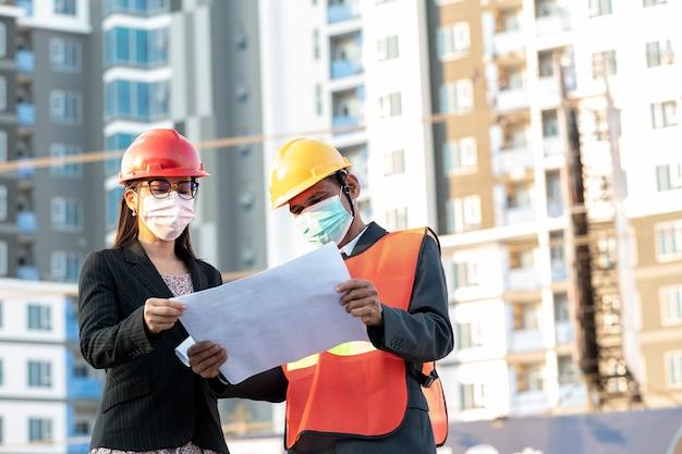 Inżynier i sekretarka aktywnie zarządzają produktywną witryną