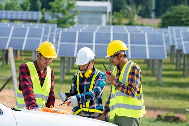 Inżynier i technik dyskusji planują znaleźć problem z panelem słonecznym, inżynier pracuje nad sprawdzaniem i konserwacją elektrowni słonecznej, elektrownią słoneczną do innowacji zielonej energii na całe życie.