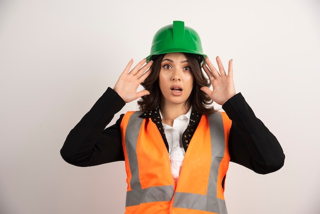 Inżynier kobieta działająca zaskoczona na biało