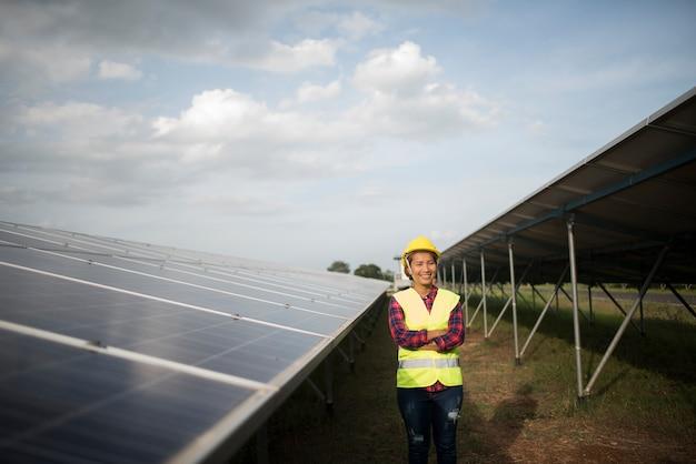 Inżynier kobieta elektryczne sprawdzanie i utrzymanie ogniw słonecznych.