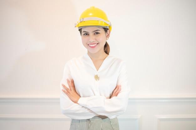 Inżynier kobieta jest uśmiechnięta na białym tle