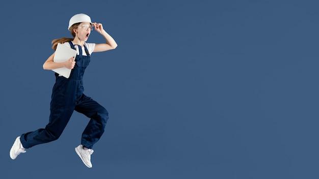 Inżynier kobieta skacze