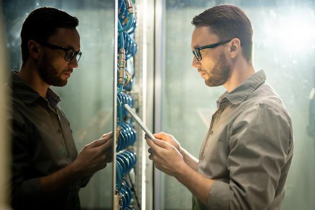Inżynier konfigurujący sieć serwerów