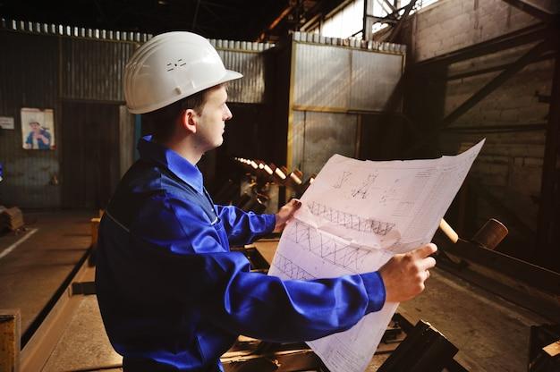 Inżynier-konstruktor pracujący z dokumentami na budowie