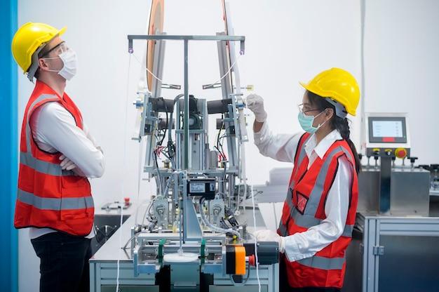 Inżynier kontroli jakości (qc) monitorujący i sprawdzający system maszynowy w fabryce produkcyjnej