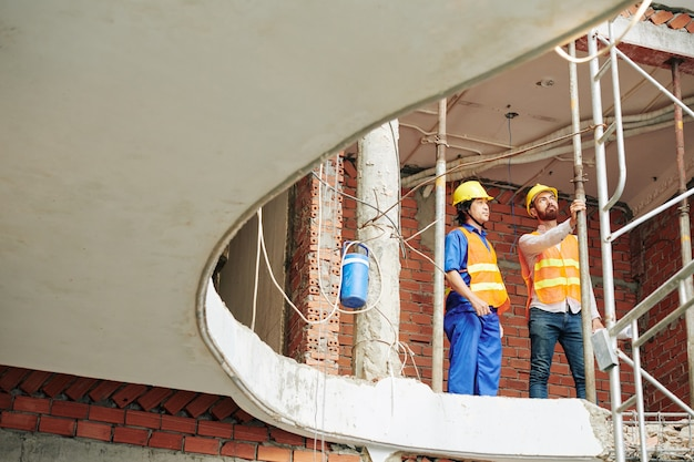 Inżynier kontrolujący plac budowy