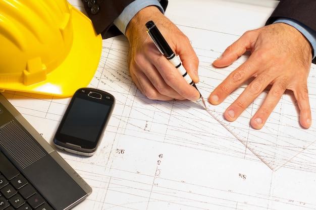 Inżynier lanning jego pracy przy biurku