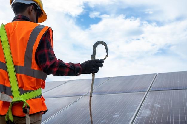 Inżynier lub elektryk sprawdzanie i konserwacja wymiennego panelu słonecznego w elektrowni słonecznej, zielona energia i zrównoważony rozwój generatora energii słonecznej, technologia ogniwa słonecznego
