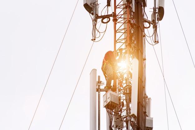 Inżynier lub technik pracujący na wysokiej wieży. ryzyko pracy przy wysokiej pracy.