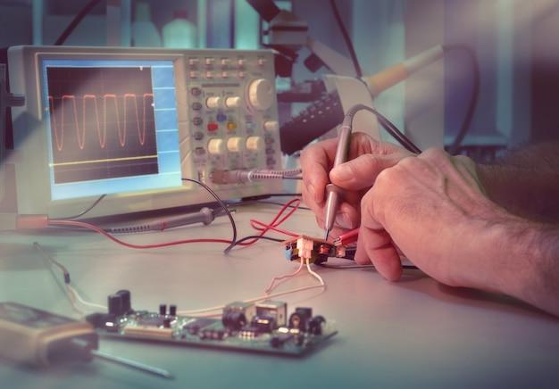 Inżynier lub technik testuje sprzęt elektroniczny