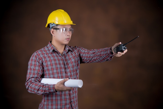 Inżynier mężczyzna, pracownik budowlany pojęcie, błękitny druk