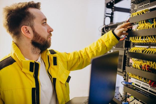 Inżynier młody człowiek robi analizy programu