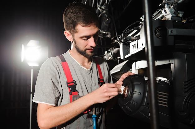 Inżynier naprawy sprzętu diagnozuje rozpad światła