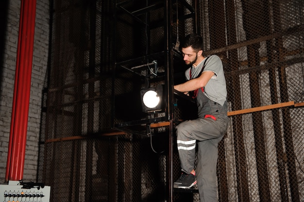 Inżynier oświetlenia dostosowuje światła na scenie.