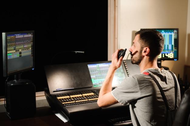 Inżynier oświetlenia współpracuje z kontrolami techników oświetleniowych
