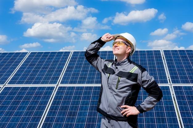 Inżynier paneli słonecznych w białej beczce