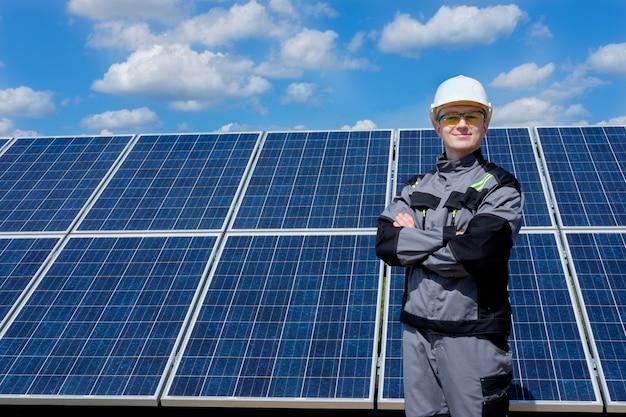 Inżynier paneli słonecznych w białym kasku