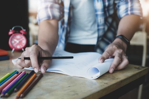 Inżynier planuje stworzyć grafikę do planu domu blueprint dla swoich klientów.