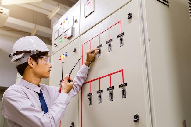 Inżynier pokoju. panel sterowania elektrowni.