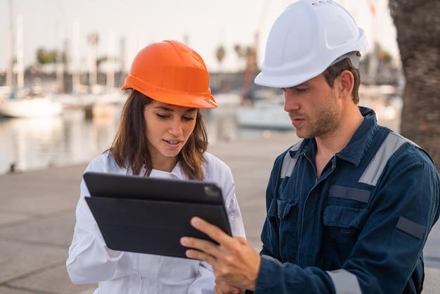 Inżynier portu i inspektor z tabletem