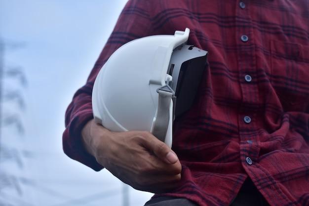 Inżynier posiada biały kask ochronny
