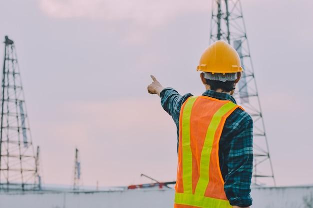 Inżynier pracownik budowlany kontroli budynku budowy nieruchomości