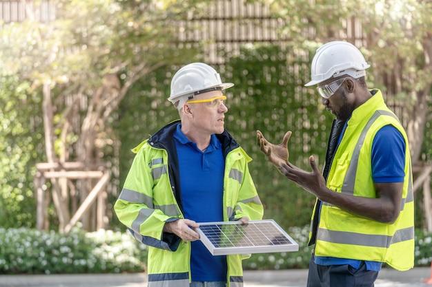 Inżynier, pracownik fabryki, sprawdza panel ogniw słonecznych pod kątem zrównoważonej technologii