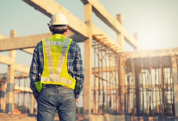Inżynier pracujący na placu budowy