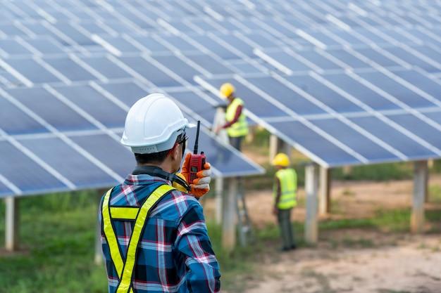 Inżynier pracujący nad sprawdzaniem i konserwacją urządzeń elektrycznych w elektrowniach słonecznych, koncepcjami energii odnawialnej i energii słonecznej.