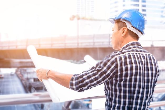 Inżynier pracujący nad udanym projektem budowlanym i nieruchomościowym