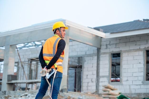 Inżynier pracujący w konstrukcji w budowanym budynku.