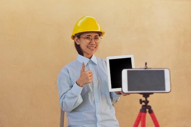Inżynier pracujących kobiet trenuje obserwujących online klub blogerów, nauczyciele książek online uczą, transmitując na żywo.