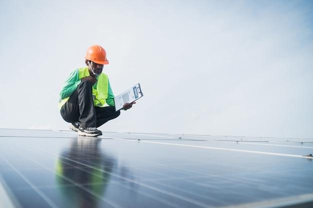 Inżynier pracuje na panelu konserwacji w elektrowni słonecznej