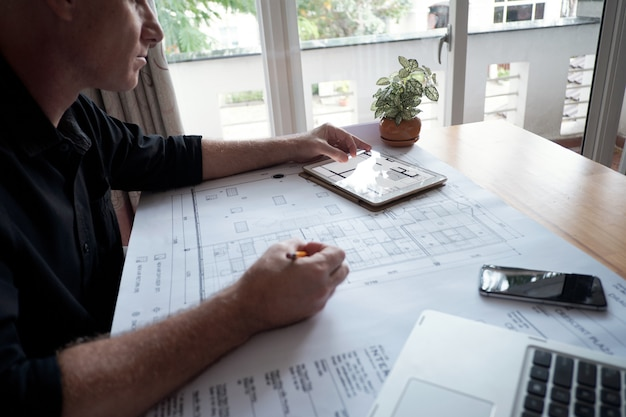 Inżynier pracuje nad projektem