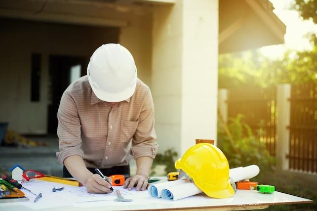 Inżynier pracy z narzędziem inżynierii w miejscu pracy