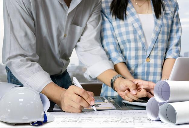 Inżynier przemysłu do projektowania modelu budynku technologii wyświetlania planu arkusza