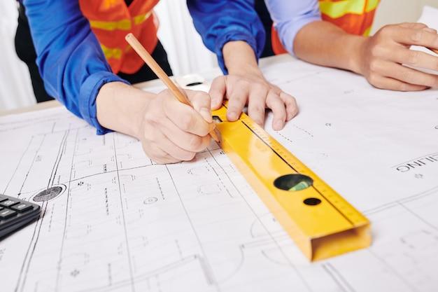 Inżynier rysujący plan budynku