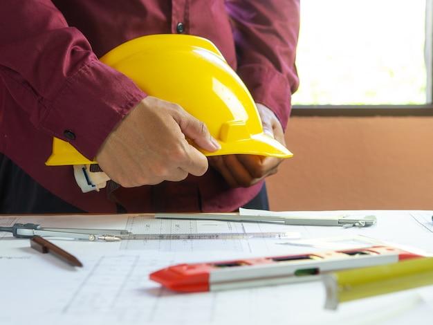 Inżynier rysunek projektu budowlanego