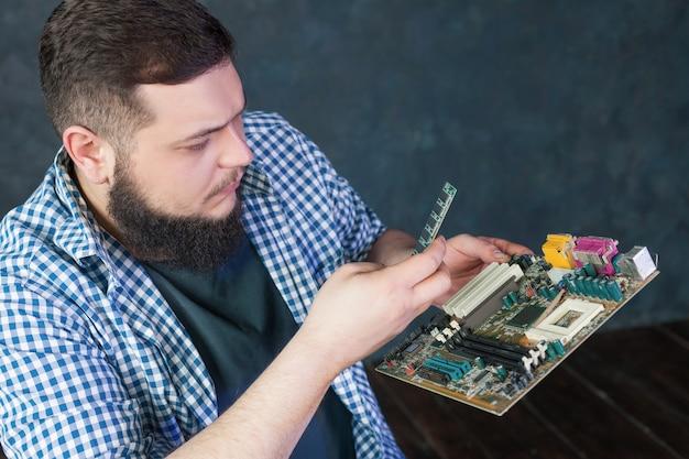 Inżynier serwisu naprawiający problem ze sprzętem pc. technologia naprawy elektronicznych podzespołów komputerowych