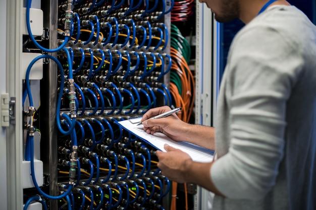 Inżynier sieci zapisujący dane