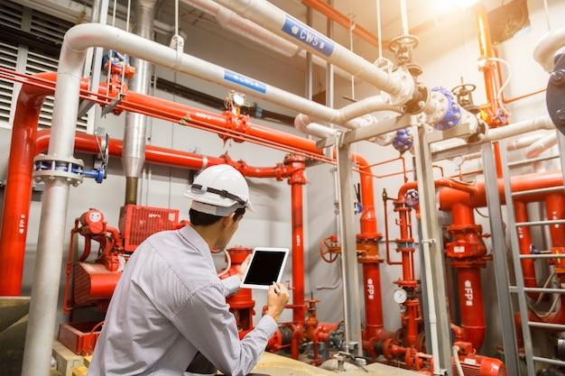 Inżynier sprawdź czerwony generator pompy.