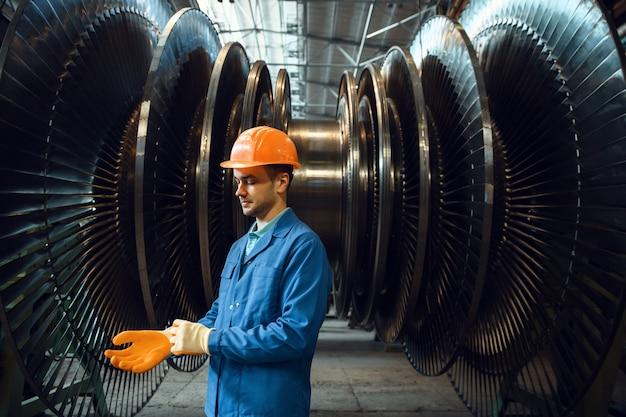 Inżynier sprawdza łopatki wirnika turbiny w fabryce
