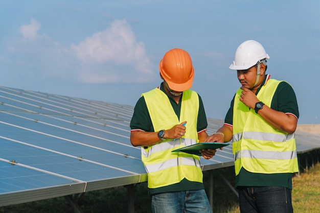 Inżynier sprawdza panel słoneczny w elektrowni słonecznej