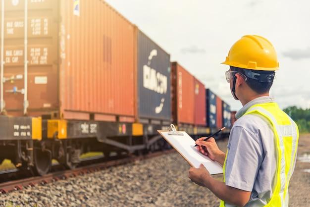 Inżynier sprawdza pojemnik. koncepcja logistyki biznesowej, koncepcja importu i eksportu